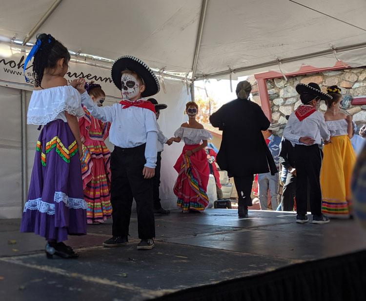 La Tierra students dance during Día de los Muertos